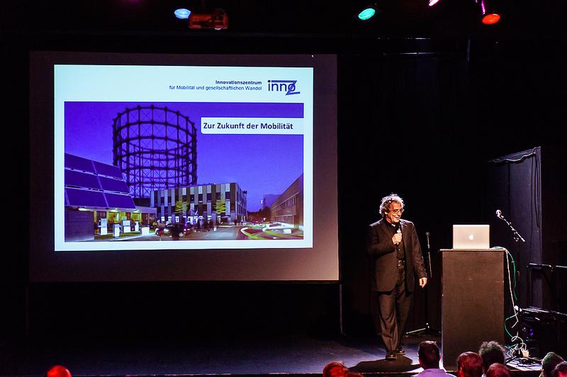 """Prof. Andreas Knie beim Vortrag """"Zukunft der Mobilität"""" am Webmontag in Frankfurt am 9. September 2013 in der Brotfabrik."""