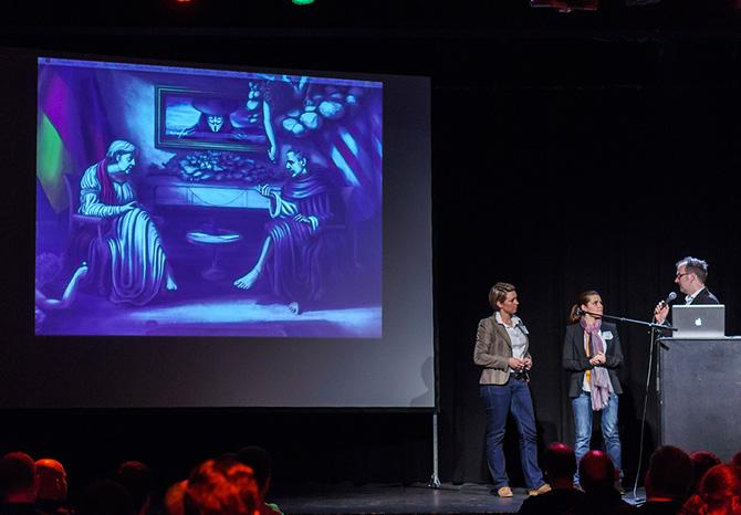 Bild: Jan Eggers interviewt Salome Saremi-Strogusch und Sabrina Lehmann nach ihrem Vortrag zu Mut und Zivilcourage beim Webmontag Sicherheit.