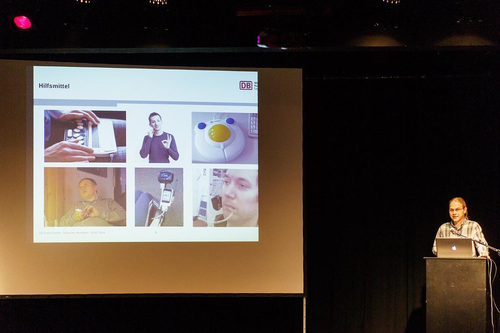 Johannes Wunderer auf der Bühne des Webmontag Frankfurt beim Vortrag zu Barriere-freien Apps