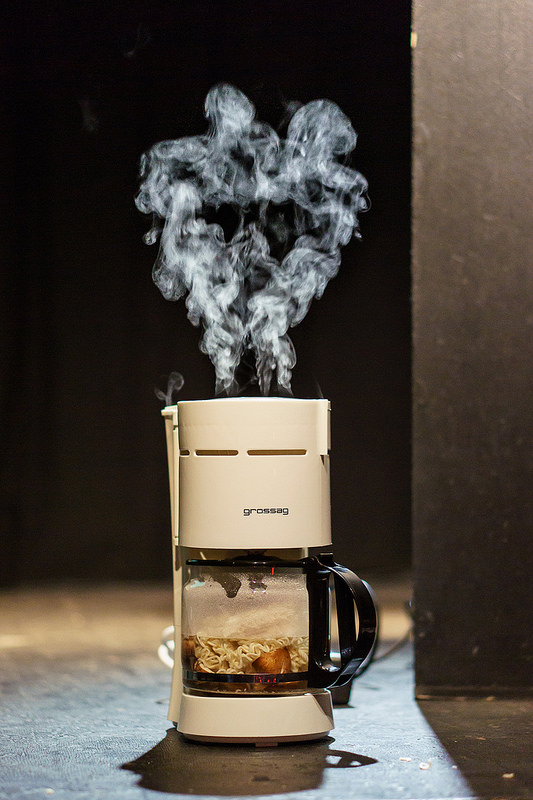Dampfende Kaffeemaschine - In der Kaffeekanne sichtbar die kochenden Nudeln