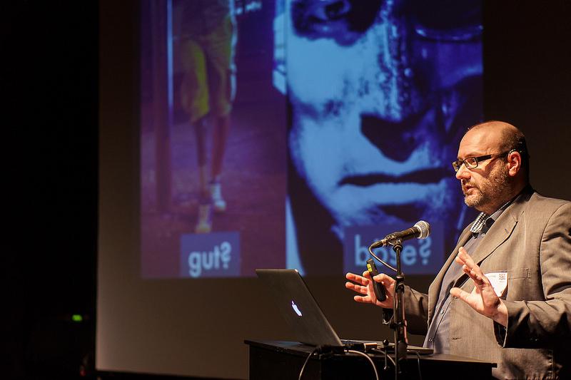 Enno Park beim Vortrag am 58. Webmontag. Im Hintergrund die Leinwand