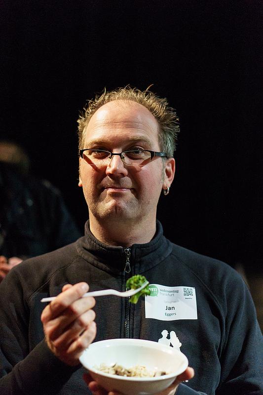 Jan Eggers mit Gabel und Teller - das Menü: Broccoli, Lachs und Nudeln - alles gegart mit einer Kaffeemaschine