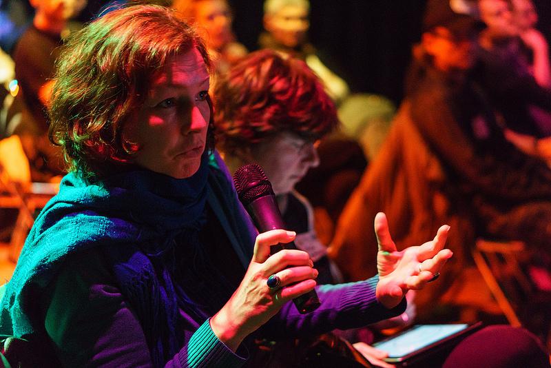 Fragende Zuschauerin beim Webomtag in Frankfurt WMFRA60