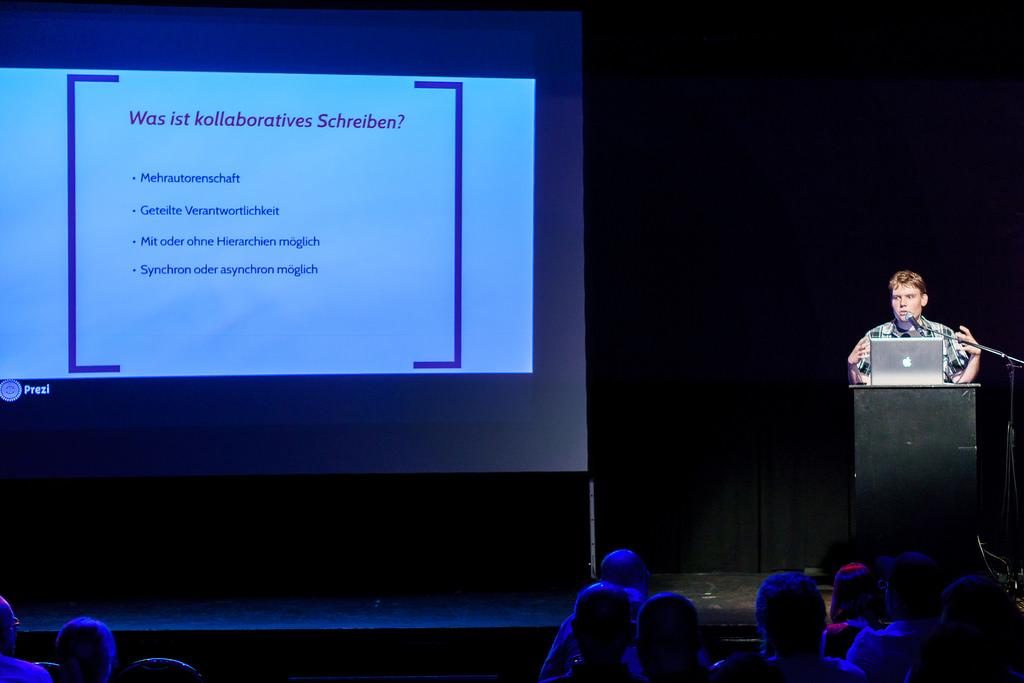 """Dennis Fassing_auf der Bühne des WMFRA 62 """"Kollaboratives Schreiben"""""""